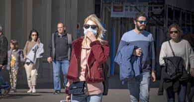 España cierra el ocio nocturno y prohibe fumar en vía pública ante aumento de casos de covid-19