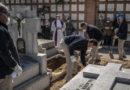 Los castigaron por no llevar mascarilla obligándolos a cavar tumbas y rezar por las víctimas del covid-19