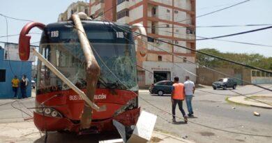 Colisión entre transportes oficiales dejó sin electricidad a vecinos del centro de Punto Fijo (FOTOS)