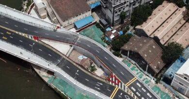 Construyen puente alrededor de una casa en China porque la dueña se negó a moverse a otro lugar