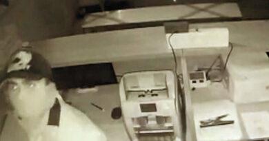 Asaltante muere al cortarse el cuello accidentalmente сuando robaba un banco