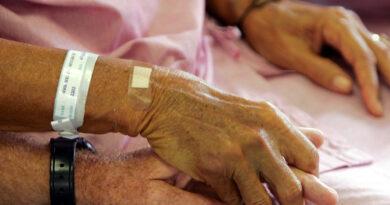 Una pareja fallece agarrada de las manos y con cuatro minutos de diferencia tras un mes de lucha contra el covid-19