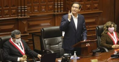 Vizcarra se defiende en el Congreso al comenzar debate sobre su destitución