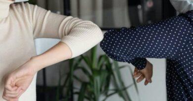 OMS pide evitar saludar con el codo porque no se guarda la distancia