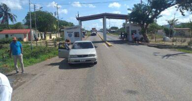 Conductores denuncian a un par de bachaqueras que se adueñan de las colas por gasolina subsidiada