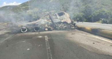 Un fallecido deja incendio de una gandola de gasolina en la autopista Caracas-La Guaira