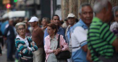 0,7 centavos de dólar cobraron los pensionados del IVSS