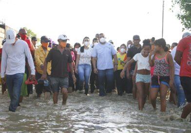 Gobernador de Falcón visitó comunidades afectadas por las lluvias en la costa oriental
