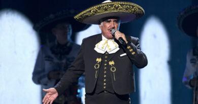 Oleada de críticas contra el cantante Vicente Fernández por tocar el pecho de una seguidora