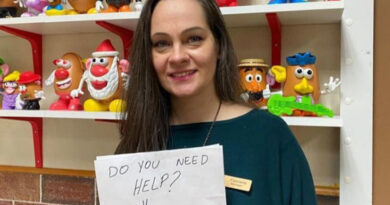 Recompensan con más de 30.000 dólares a la mesera que salvó a un niño de padres abusivos