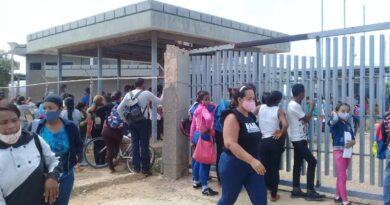 Alta demanda y quejas marcaron inicio de jornada de cedulación en La Vela