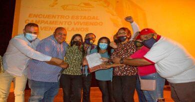 Alcalde comunero entregó terrenos a viviendo venezolanos en encuentro político