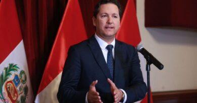 Candidato derechista a la presidencia de Perú calificó de 'enfermos' a migrantes venezolanos