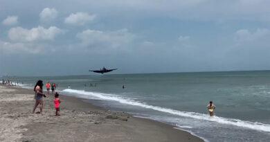 Avión de la Segunda Guerra Mundial aterriza en una playa repleta de turistas en Florida (VIDEO)
