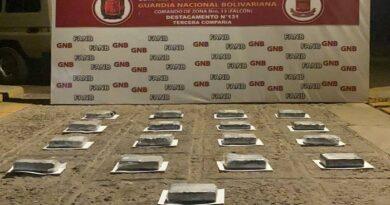 Se suman 17 panelas de cocaína a la incautación de 250 en una playa de Falcón