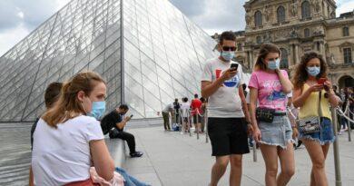Francia pone fin al uso de mascarilla al aire libre y levanta el domingo el toque de queda