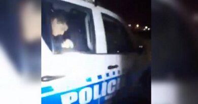 Acusan a dos policías de violar a una menor de edad: Fueron grabados al interior del vehículo