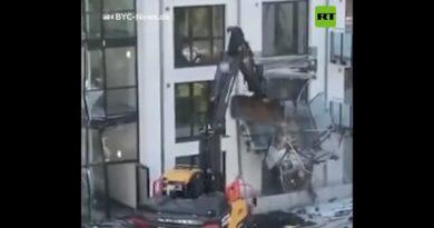 Contratista se venga de la falta de pagos destruyendo la fachada de un edificio residencial (VIDEO)