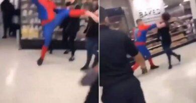 Detienen a hombre disfrazado de Spiderman tras golpear brutalmente a mujer en un supermercado